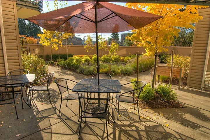 The courtyard at Lynnwood senior living