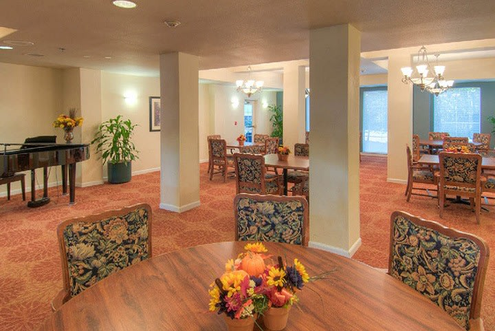 Relax in the dining area at our senior living community in Lynnwood WA