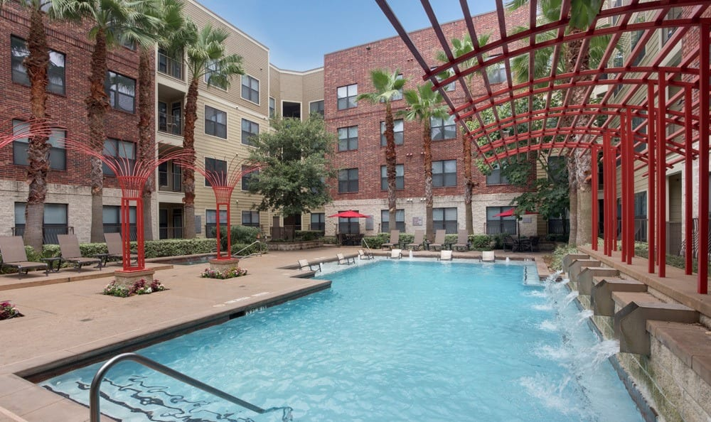 Houston apartments offer a luxurious sparkling pool
