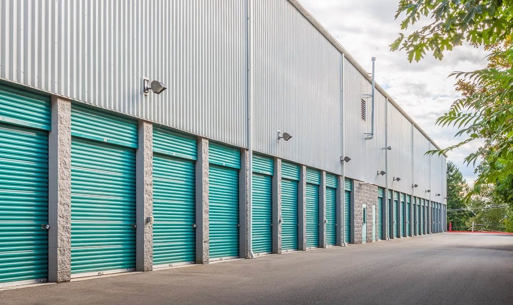 Self storage facility in Renton has large driveways