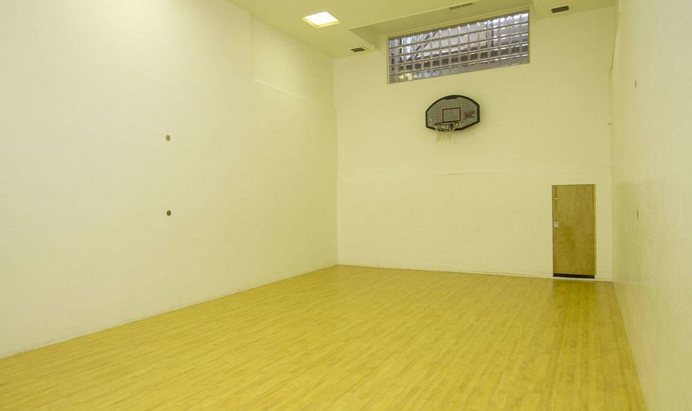 Racquetball court at Raintree Island Apartments
