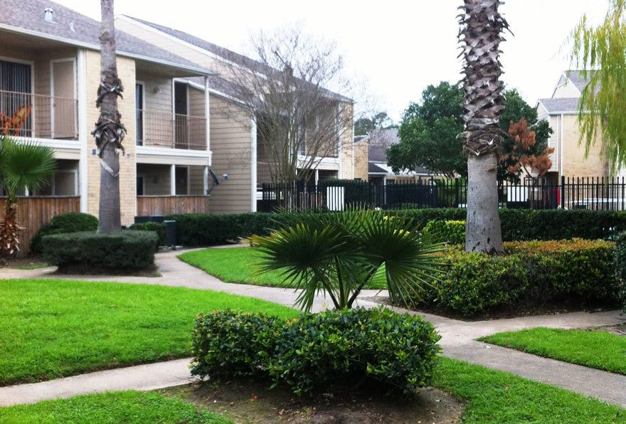 Beautiful landscaping, walk paths, and scenery at Morgan Bay in Houston TX