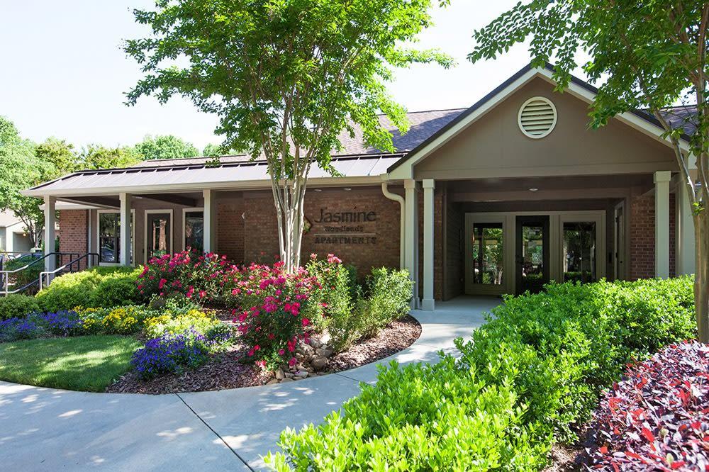 Exterior of lobby at Jasmine Woodlands in Smyrna, Georgia