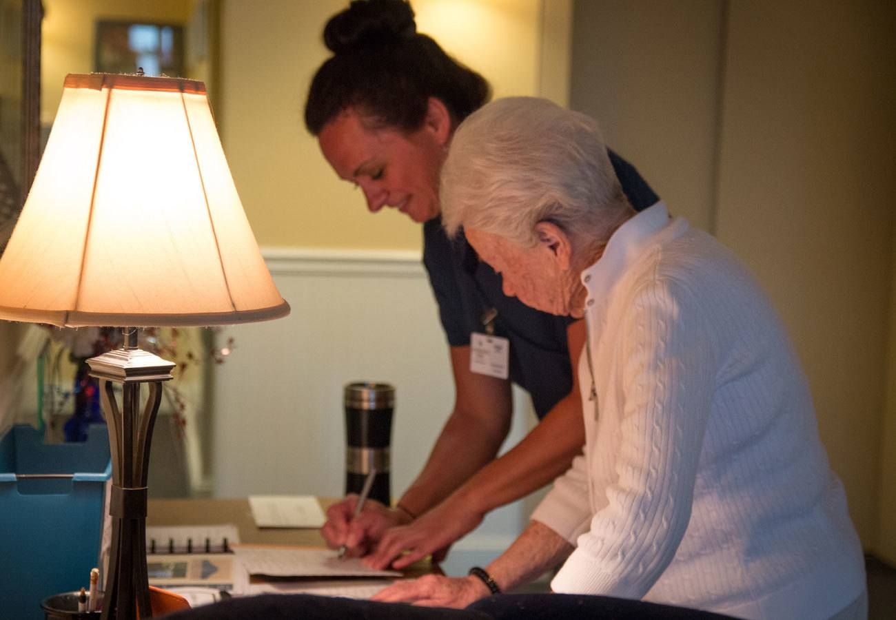 caregiver helping resident of assisted living community in Mentor, OH