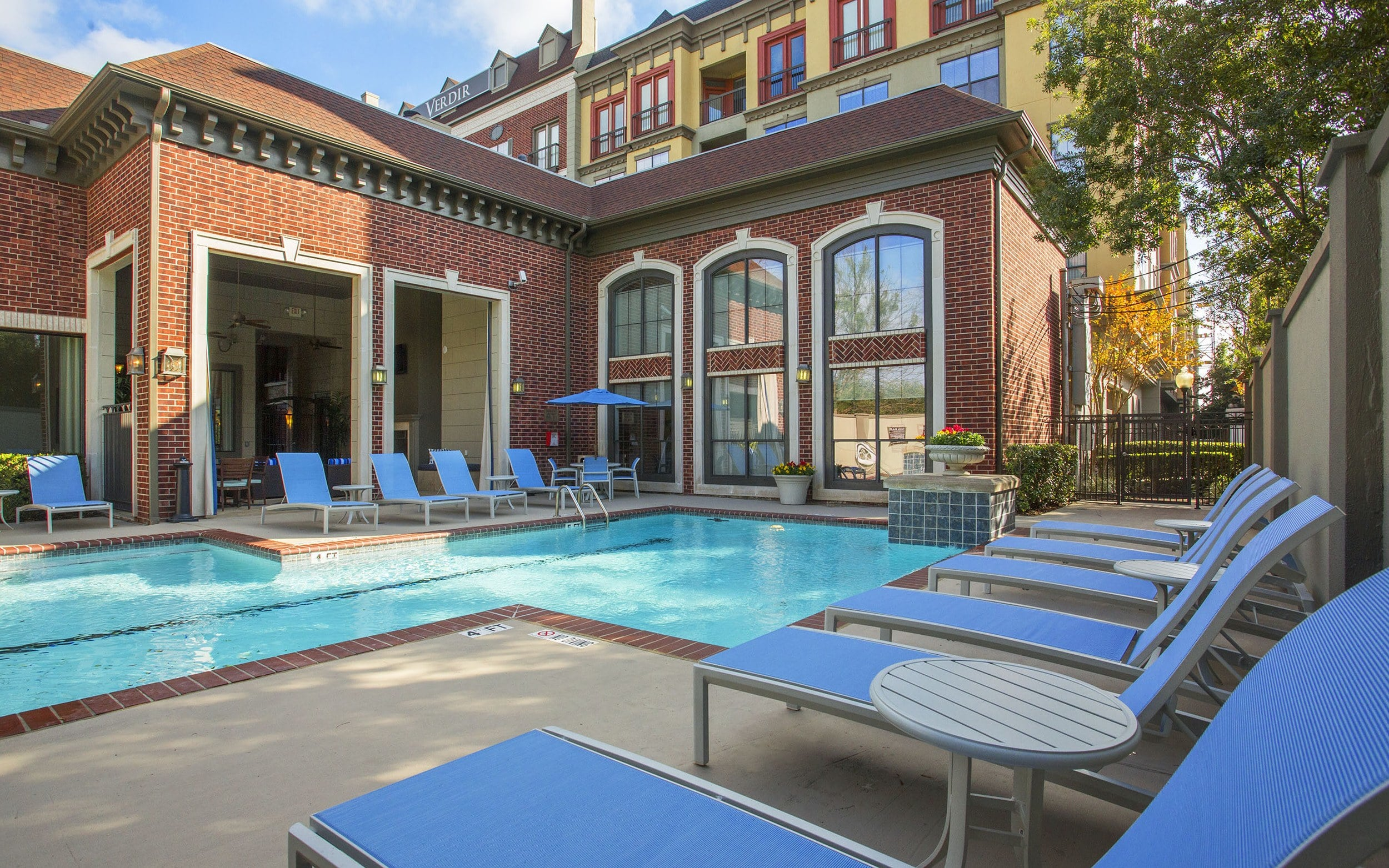 Luxury Swimming Pool and lounge chairs at Verdir at Hermann Park in Houston, Texas
