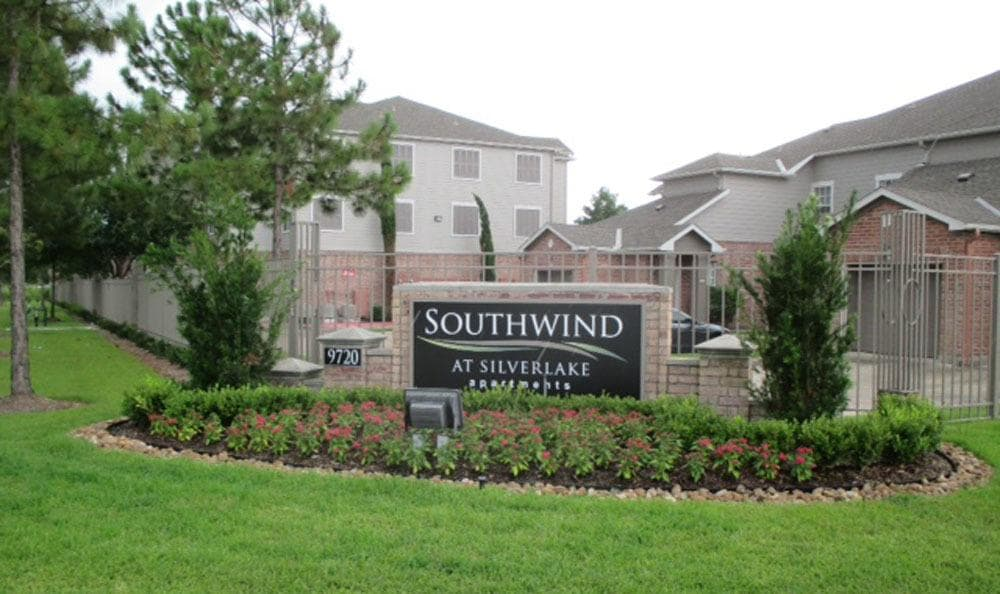 Property sign for Southwind at Silverlake Apartments in Pearland, TX