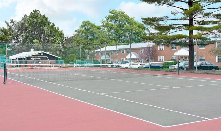 Tennis courts at Glenwood Apartments