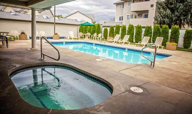 Pool and Hot Tub at Aspen Apartments