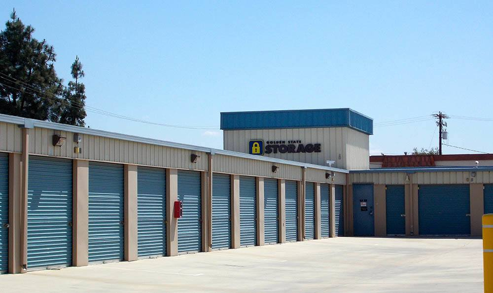 self storage in santa clarita california aisle
