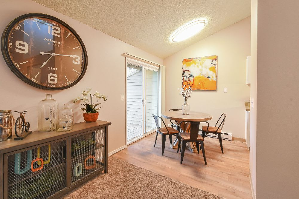 Dining area at Lakeside Landing Apartments