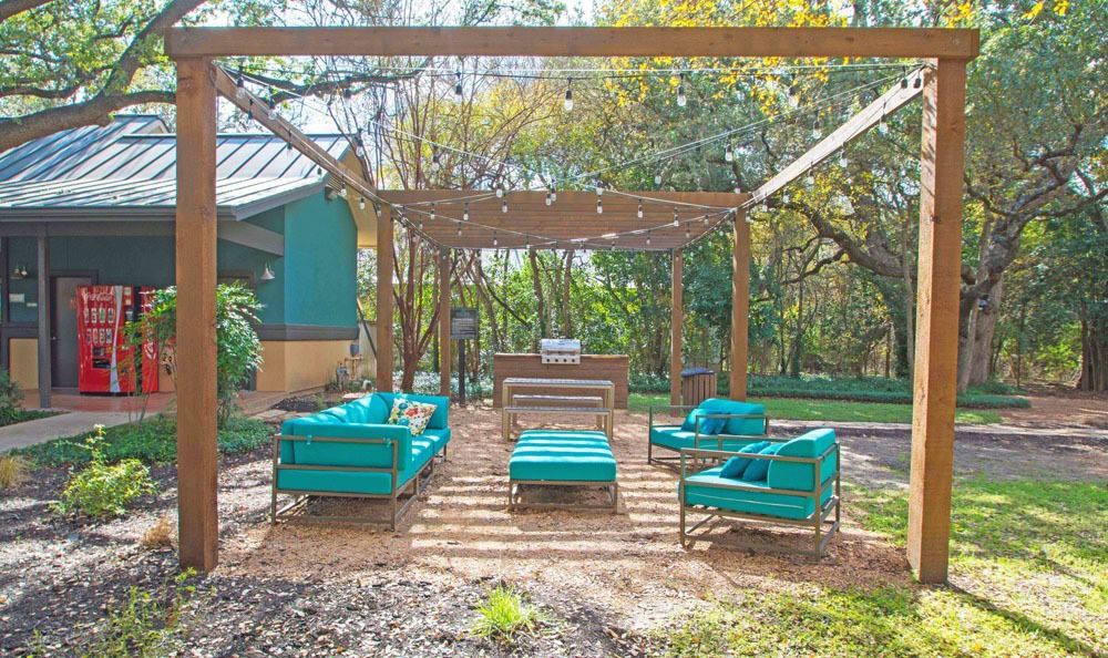 A bbq area that is great for entertaining at The Niche Apartments in San Antonio, Texas