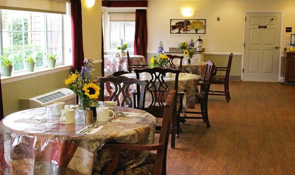 Dining Room of Emerald Gardens, senior living in Woodburn, OR