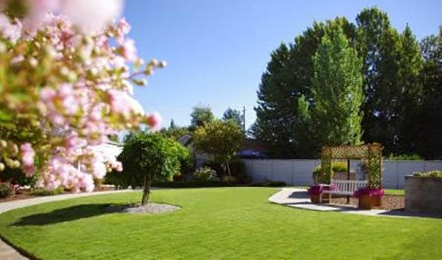 Lawn Farmington Square Medford, senior living in Medford, OR