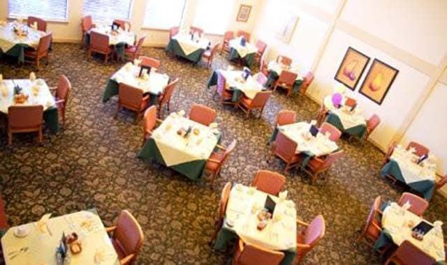 Dining at Barnett Woods, senior living in Medford, OR