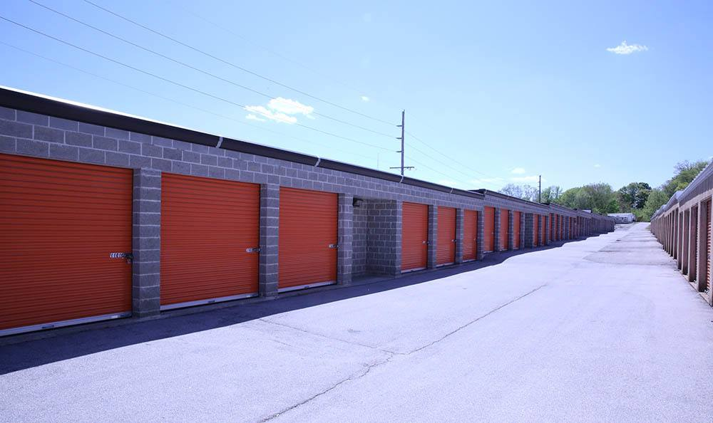 Many self storage units with wide access to easily store your belongings in Fenton, MO