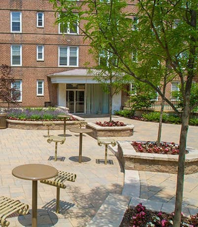 Nicely landscaped grounds at Parktowne Apartments