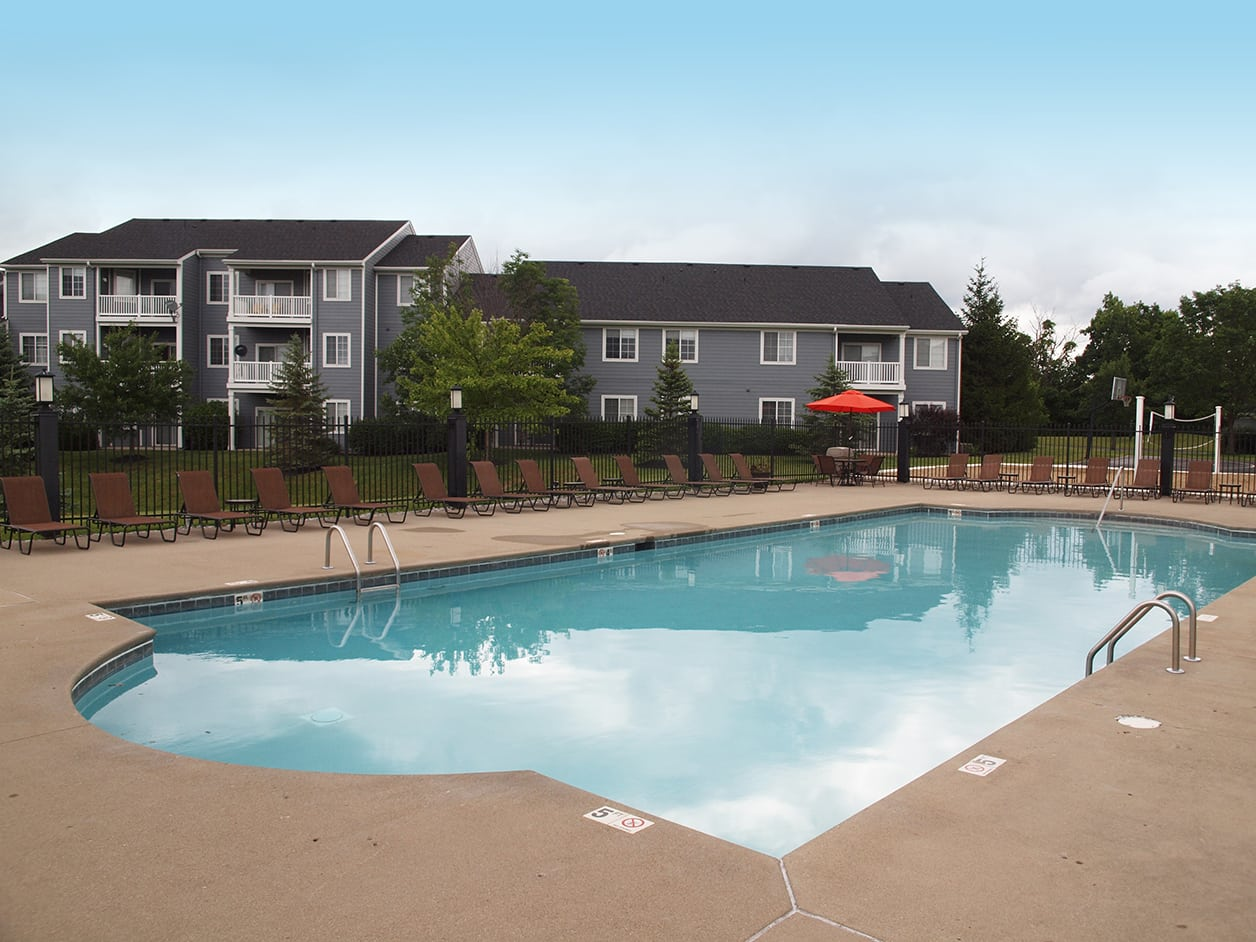 Swimming pool and building exterior at Sterling Lakes in Mason, Ohio