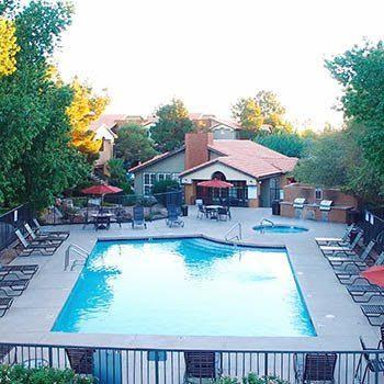 Hot tub and swimming pool at Vista Montana