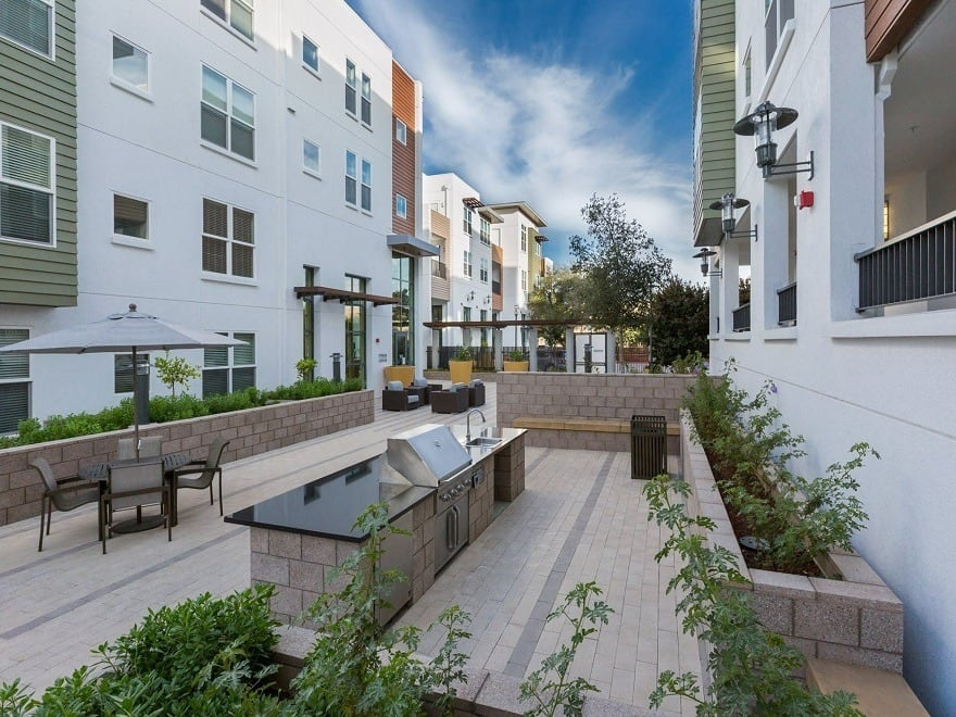 Beautiful bbq area at apartments in Mountain View, CA