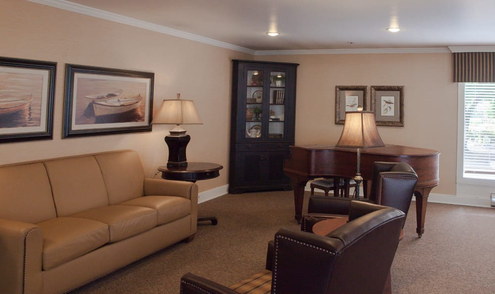 Lounge at senior living in Tumwater, WA