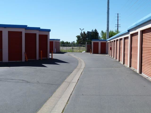 Wide drive ways at the self storage facility in Sacramento