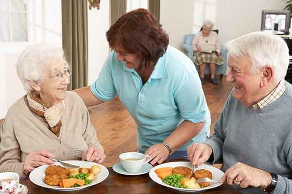Senior living residents eat dinner at The Trace