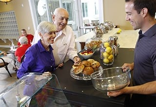 Residents at Aston Gardens At The Courtyards enjoy healthy options.