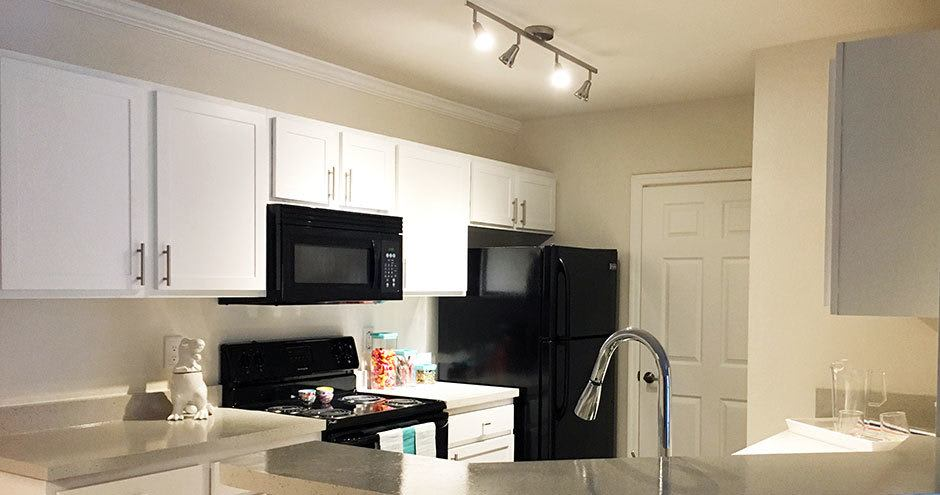 Stonecastle Apartments offers a kitchen in Winter Park, FL