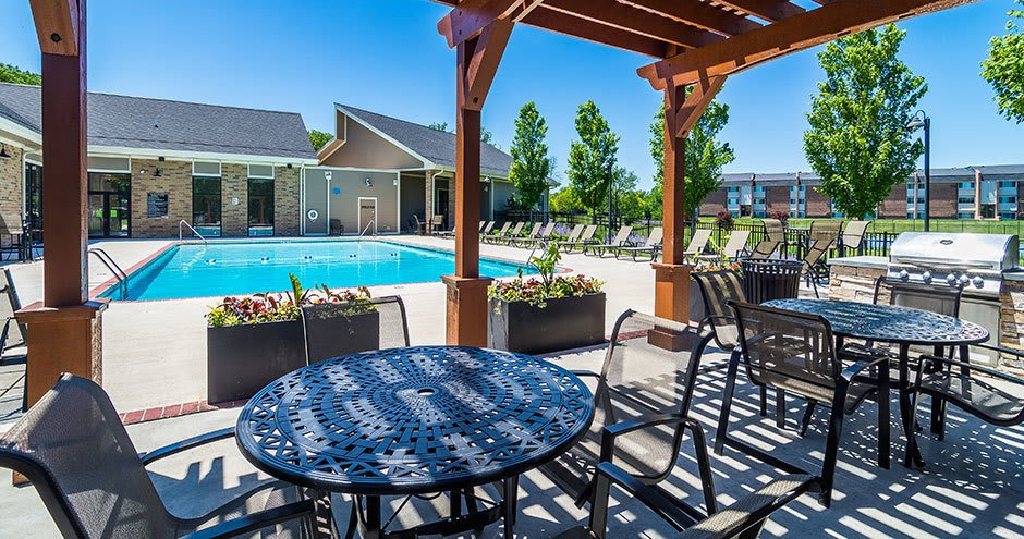 Beautiful swimming pool at apartments in Downers Grove, Illinois
