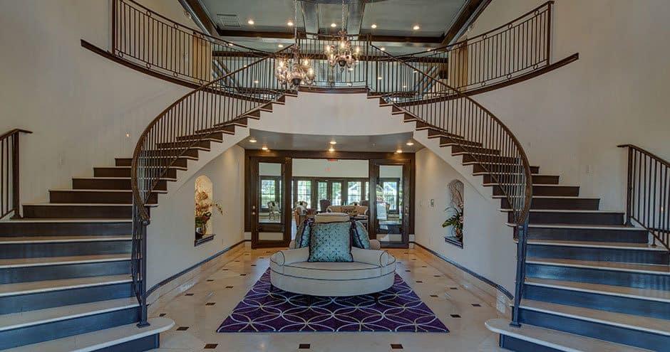 Luxury entryway at Bella Vida at Coyote Ridge in Carrollton, Texas