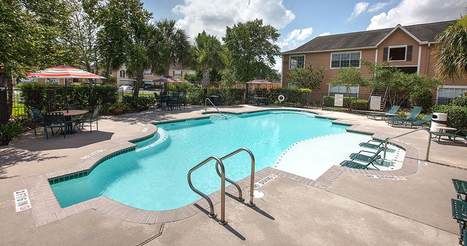 Swimming pool at Willow Lake Apartments in Katy, TX