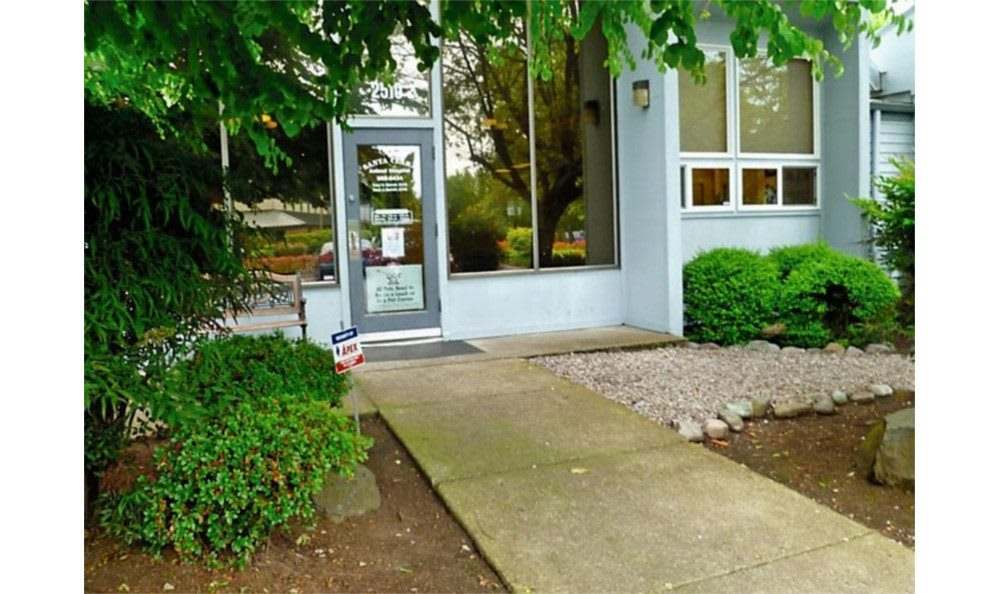Front door of the Eugene Animal Hospital