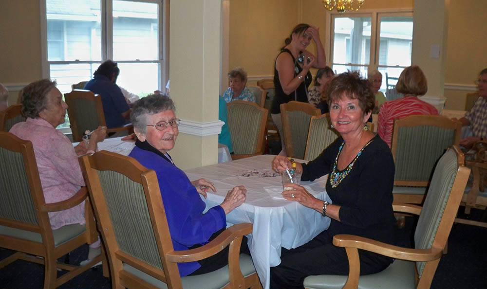 Dining with friends at Savannah Court of Lake Wales