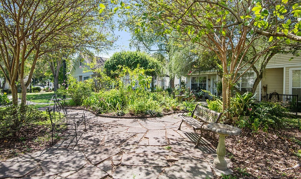Relaxing Courtyard in Baton Rouge Senior Living community