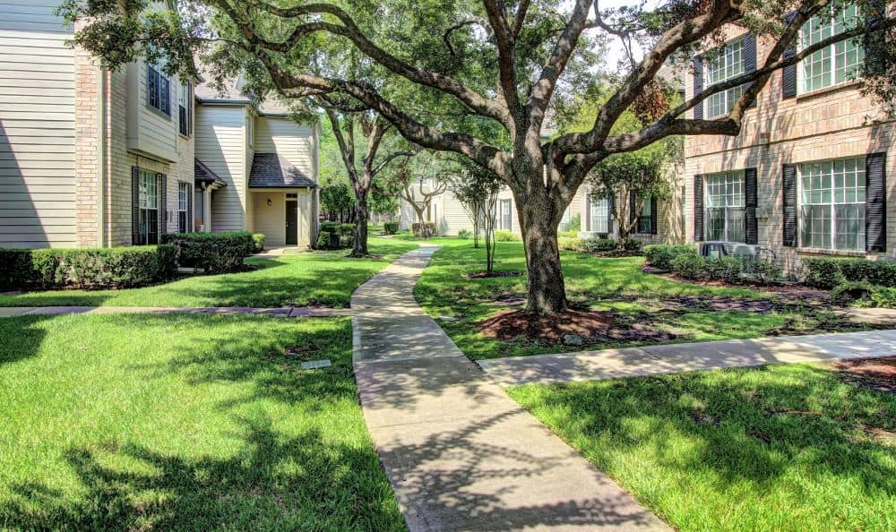 Courtyard walking path at apartments Marquis at Westchase in Houston