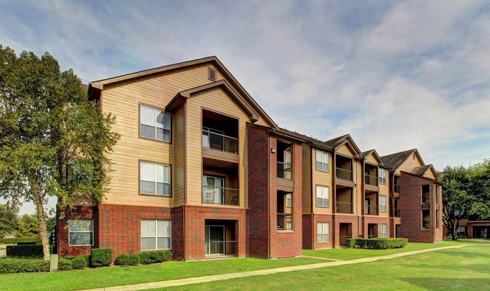 exterior view of apartments Marquis on Briar Forest in Houston