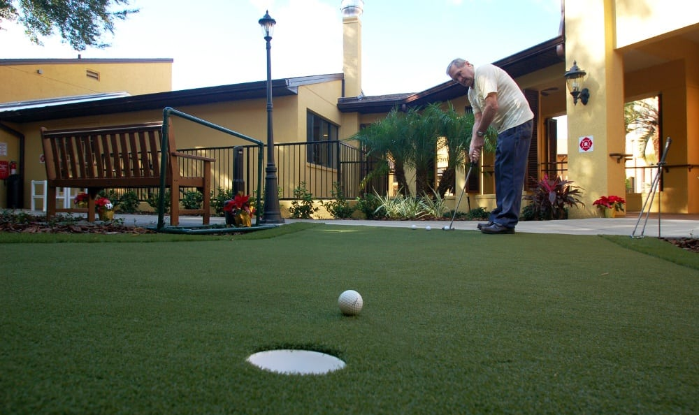 Mini golf at Grand Villa of Altamonte Springs senior living in Altamonte Springs
