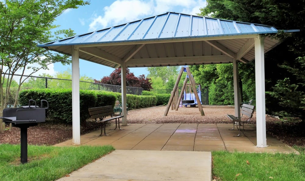 Outdoor barbecue Area at Apartments for rent at Highland Commons in Warrenton, VA.