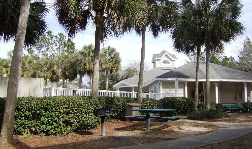 Picnic area at Savannah Sound Apartments in FL.