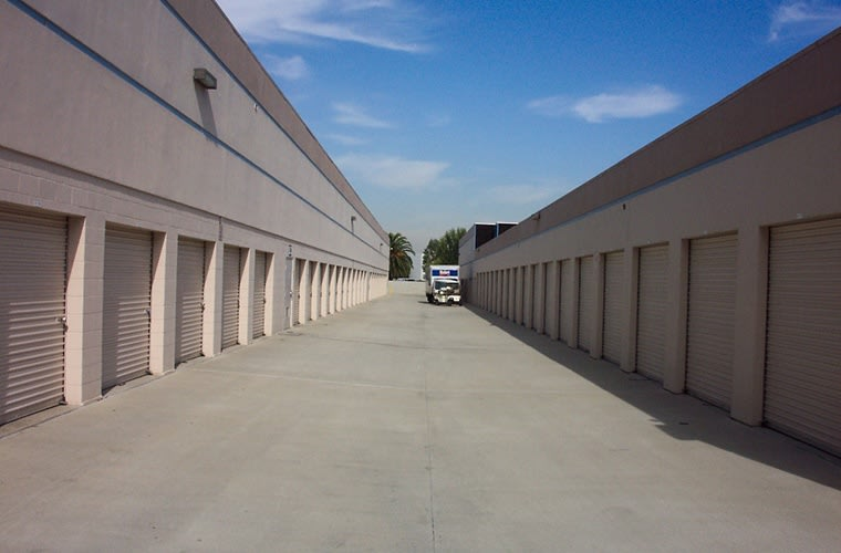 The wide drive aisles make moving in and out of your storage unit at Sorrento Mesa Self Storage a breeze.