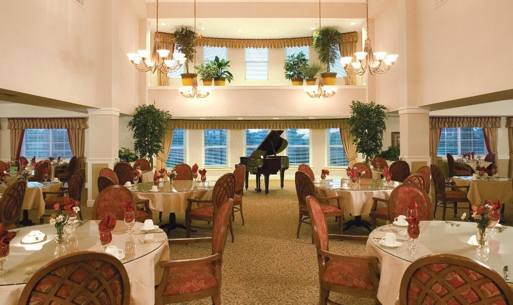 Elegant Dining At Our Senior Living Facility In Crestwood
