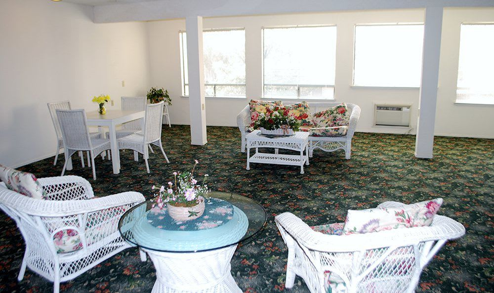 Bright dining room at the senior living community in Sacramento