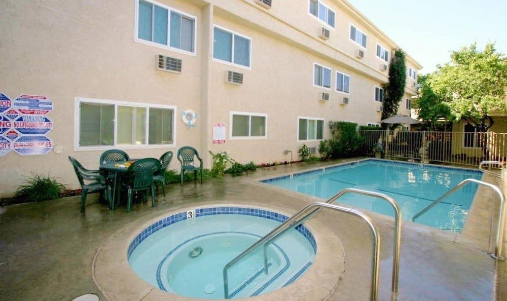 Pool and Spa at The Esplanade in Lake Balboa
