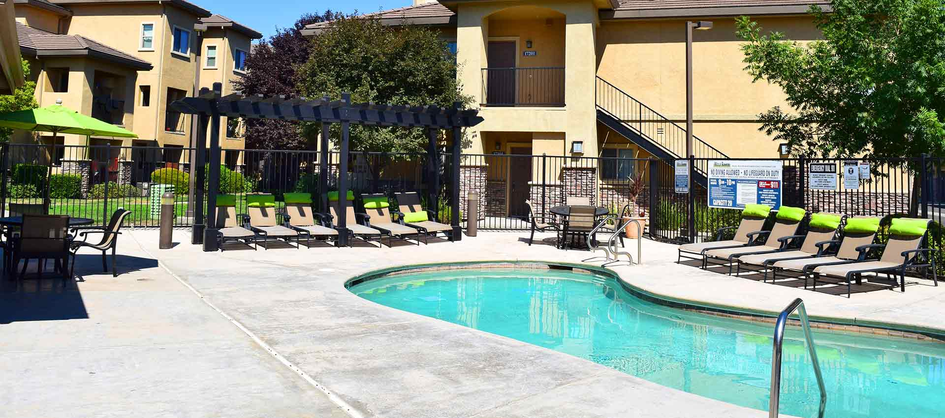 Resort style pool at Wolf Ranch Condominium Rentals in Sacramento