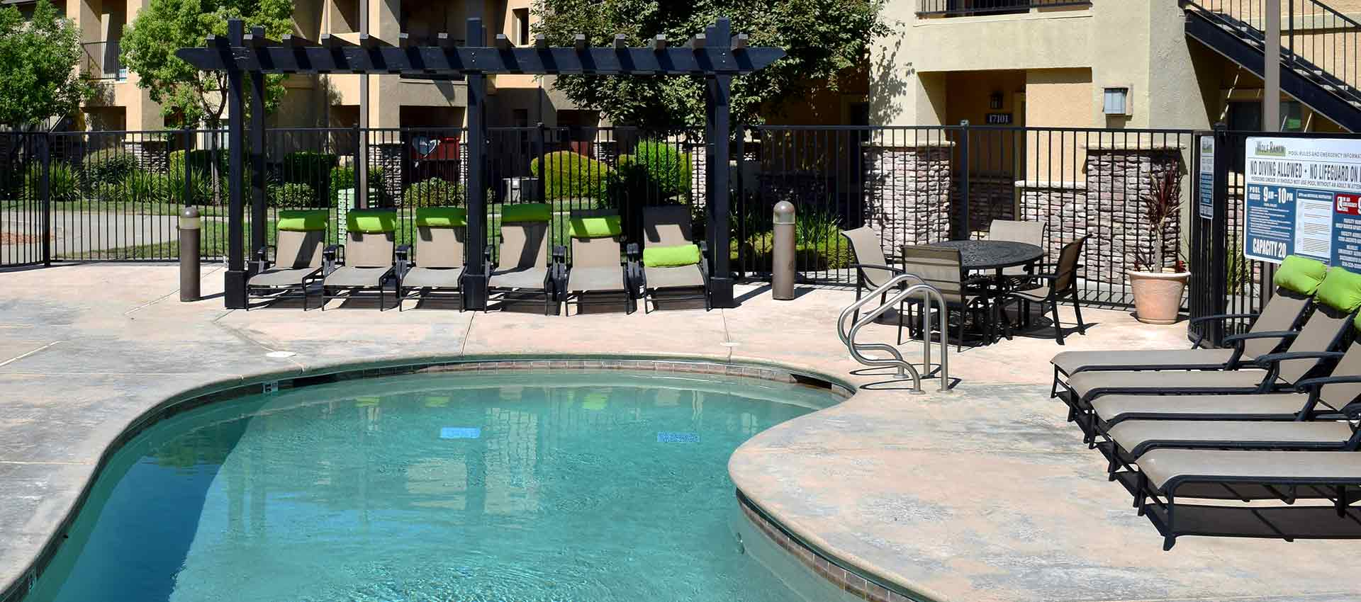 Poolside seating at Wolf Ranch Condominium Rentals in Sacramento