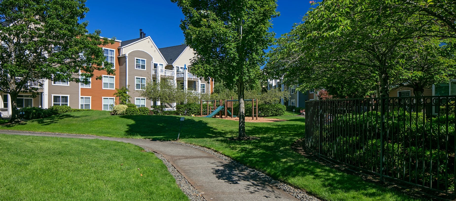 The grounds at Center Pointe Apartment Homes in Beaverton, Oregon
