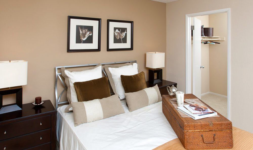 Well decorated bedroom at Lincoln Glen
