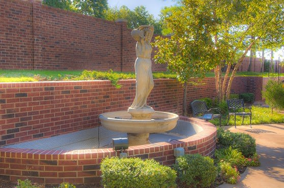 Wonderful Mansion at Waterford Assisted Living courtyard