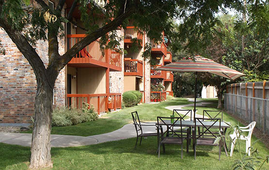 There's wonderful outdoor seating areas at Oakhaven Apartments in Nampa.