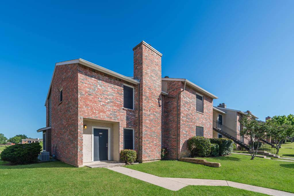 Apartment Exterior at The Carling on Frankford in Carrollton, TX